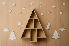 Kerstboom gevormde giftdoos en decoratie, op kartonachtergrond Royalty-vrije Stock Fotografie