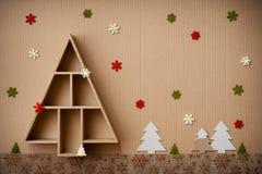 Kerstboom gevormde giftdoos en decoratie, op kartonachtergrond Royalty-vrije Stock Afbeelding