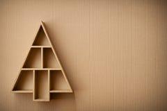 Kerstboom gevormde giftdoos op kartonachtergrond Stock Afbeelding