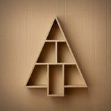 Kerstboom gevormde giftdoos op kartonachtergrond Royalty-vrije Stock Afbeeldingen