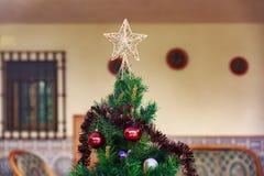 Kerstboom in het midden van een werf Stock Foto's