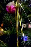 Kerstboom met bal en klatergoud wordt verfraaid dat Royalty-vrije Stock Afbeelding