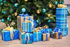 Kerstboom met ballen en giften met bogen en linten Stock Foto's
