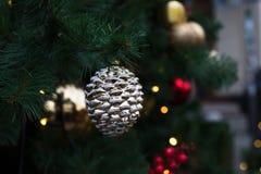 Kerstboom met Ballen en het Branden Garland In Winter City Of stock fotografie