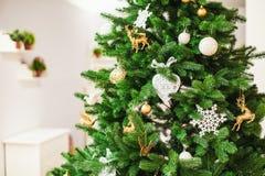 Kerstboom met ballendecoratie Stock Foto's