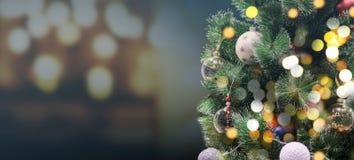 Kerstboom met bokehlicht bij nacht royalty-vrije stock afbeelding