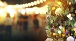 Kerstboom met bokehlicht bij nachtfestival stock foto