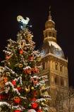 Kerstboom met de horloges van de kathedraaltoren bij nacht Stock Foto