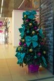 Kerstboom met decoratie stock afbeeldingen