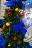 Kerstboom met decoratie stock foto