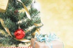 Kerstboom met decoratie en bokeh achtergrond Stock Foto