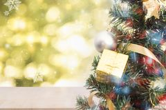 Kerstboom met decoratie en bokeh achtergrond Royalty-vrije Stock Foto
