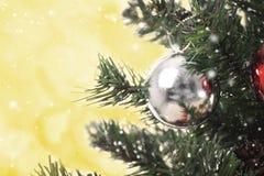 Kerstboom met decoratie en bokeh achtergrond Royalty-vrije Stock Afbeelding