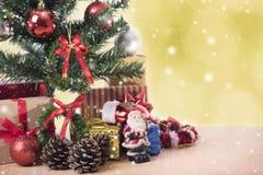 Kerstboom met decoratie en bokeh achtergrond Royalty-vrije Stock Afbeeldingen