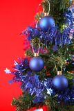 Kerstboom met decoratie en giften Stock Foto