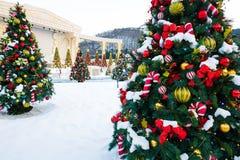 Kerstboom met decoratie en sneeuw Royalty-vrije Stock Fotografie