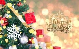 Kerstboom met decoratie en sneeuwvlok op bokeh Stock Foto