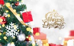 Kerstboom met decoratie en sneeuwvlok op bokeh Royalty-vrije Stock Foto