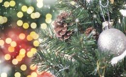 Kerstboom met decoratie en sneeuwvlok op bokeh Royalty-vrije Stock Afbeelding