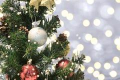 Kerstboom met decoratie en sneeuwvlok op bokeh Royalty-vrije Stock Foto's