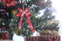 Kerstboom met decoratie en sneeuwvlokachtergrond Stock Fotografie