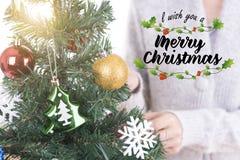 Kerstboom met decoratie en vrolijke Kerstmisteksten voor Ha Royalty-vrije Stock Afbeelding