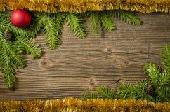 Kerstboom met decoratie over oude houten achtergrond Royalty-vrije Stock Afbeeldingen