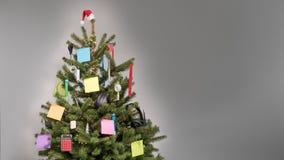 Kerstboom met decoratie van bedrijfspunten en lege post-itnota's die wordt verfraaid royalty-vrije stock foto