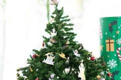 Kerstboom met decoratiematerialen royalty-vrije stock foto