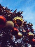 Kerstboom met decoratieve ballen en lichten stock fotografie