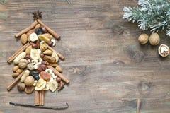 Kerstboom met droge vruchten en noten abstracte achtergrond Stock Foto