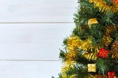 Kerstboom met een heldere achtergrond voor toewijding en Kerstmiswensen royalty-vrije stock afbeeldingen