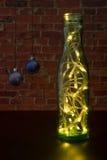 Kerstboom met een slinger als groene fles op de achtergrondmuur Royalty-vrije Stock Afbeelding
