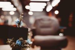Kerstboom met giften op achtergrond royalty-vrije stock afbeeldingen