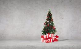 Kerstboom met giften over concrete muur stock fotografie