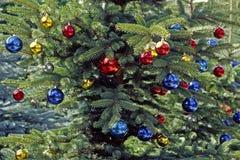 Kerstboom met glitterballs Stock Fotografie