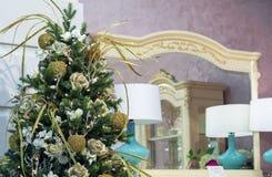 Kerstboom met gouden decoratie in het binnenland stock afbeelding