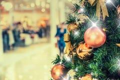 Kerstboom met gouden decoratie in winkelcomplex Stock Afbeeldingen