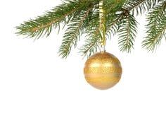 Kerstboom met gouden die snuisterij op wit wordt geïsoleerd Royalty-vrije Stock Afbeeldingen