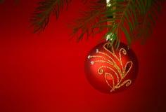 Kerstboom met gouden die snuisterij op wit wordt geïsoleerd Stock Afbeelding