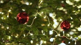 Kerstboom met helder speelgoed op de centrale straat van Moskou Groene takken van spar en Nieuwe jaardecoratie stock videobeelden