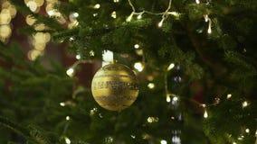 Kerstboom met helder speelgoed op de centrale straat van Moskou Groene takken van spar en Nieuwe jaardecoratie stock video