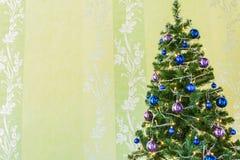 Kerstboom met klatergoud en ballen Royalty-vrije Stock Afbeeldingen