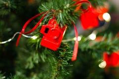 Kerstboom met kleine cijfers van rode fotocamera's die wordt verfraaid royalty-vrije stock fotografie