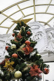 Kerstboom met kleurrijke ballen Stock Foto's