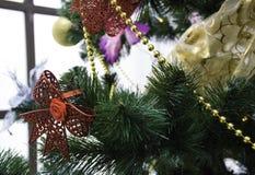 Kerstboom met kleurrijke ballen stock afbeeldingen