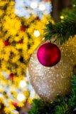 Kerstboom met kleurrijke ballen als Kerstmisornamenten tijdens Kerstmis en Nieuwjaarfestival Royalty-vrije Stock Foto