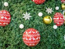 Kerstboom met kleurrijke ballen wordt verfraaid die Stock Fotografie