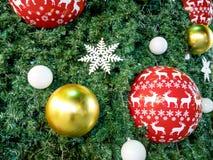 Kerstboom met kleurrijke ballen wordt verfraaid die Royalty-vrije Stock Afbeelding
