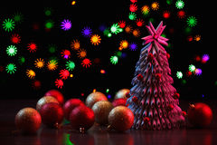 Kerstboom met kleurrijke lichten, ballen Nieuwjaar` s vakantie Royalty-vrije Stock Fotografie